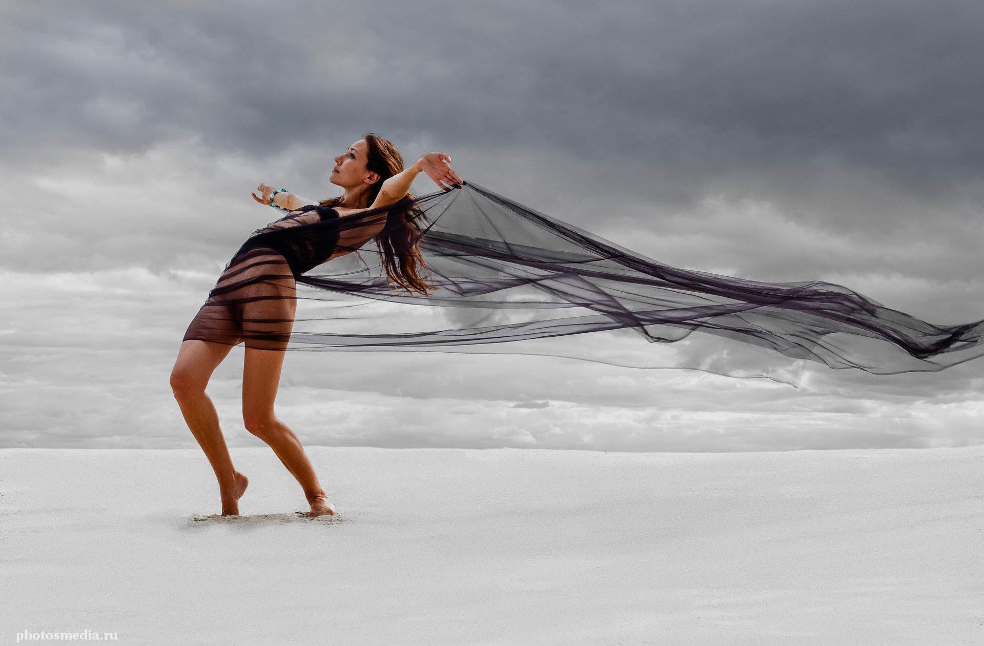 """Пленер 2013. """"Ветер и песок"""". Ветер в чёрном. Фотограф Вадим Кукшинов. Модель Дарья Лянка."""