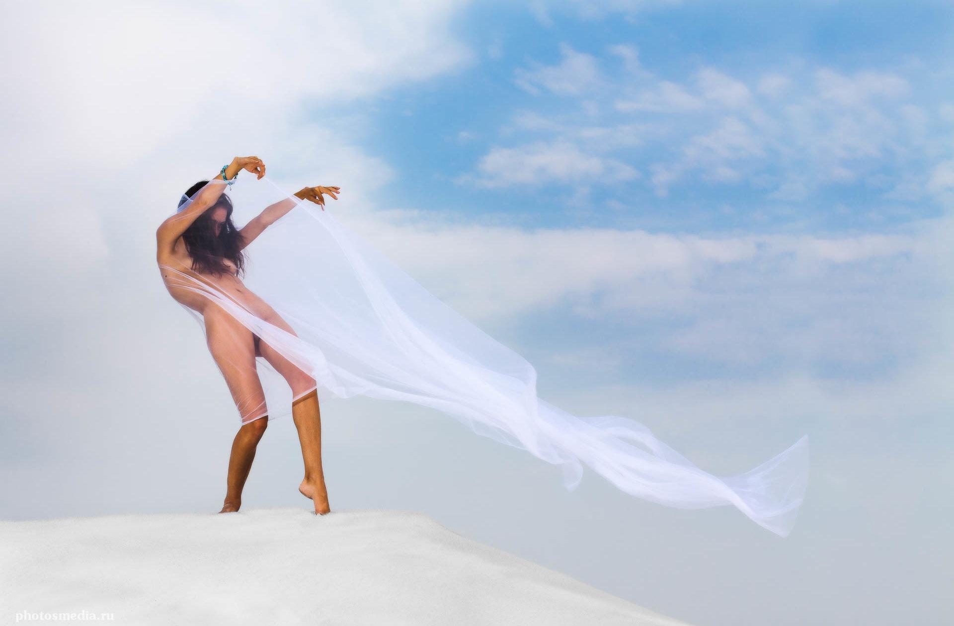 """Вызывающая ветер. Пленер 2013. """"Ветер и песок"""". Фотограф Вадим Кукшинов. Модель Дарья Лянка."""